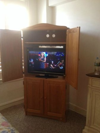 Hotel Mayflower: Entertainment center
