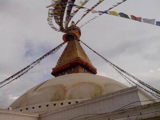 Stûpa de Bodnath : Ступа Боднатх диаметром около 100метров,а высота 40 метров,украшена гирляндами разноцветных флаж