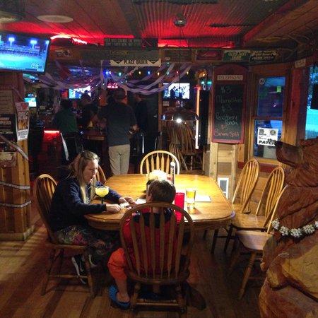 Cactus Jack's Saloon: Mesa na entrada