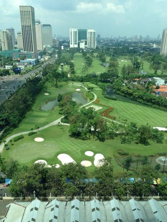 Hotel Mulia Senayan: Golf course just outside
