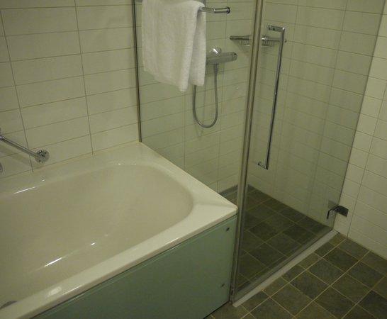 Hilton Helsinki Airport : Spacious bathroom.