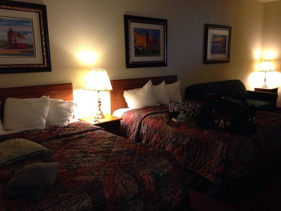 Mackinaw Beach and Bay - Inn & Suites: 2 queen beds