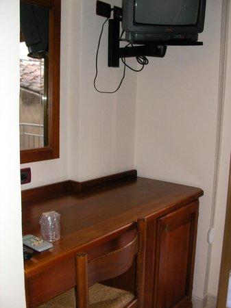 Hotel La Giara : Desk and TV