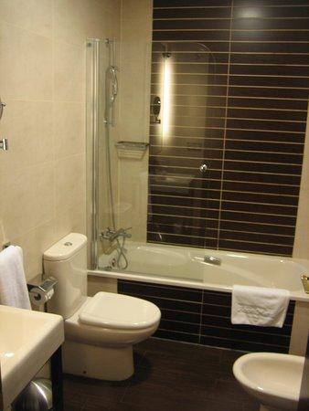 Room Mate Leo: baño
