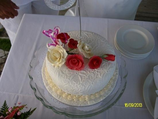 Bougainvillea Beach Resort: Wedding cake supplied by the hotel