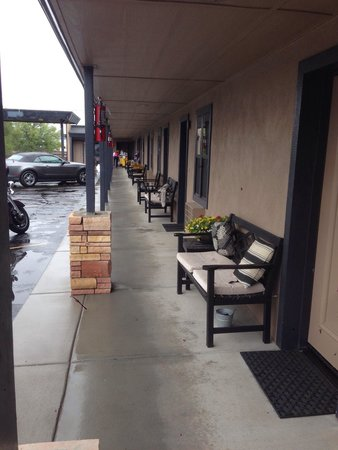 Rodeway Inn & Suites Downtowner-Rte 66: Lovely sitting area- shame it rained!