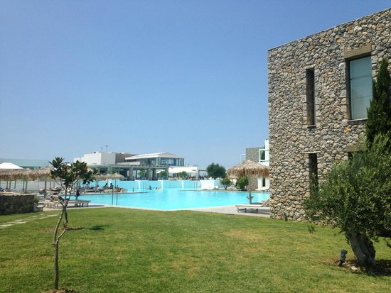 Diamond Deluxe Hotel & SPA - Adults Only : Pool area...SPACE.....we travelled high season....NICE