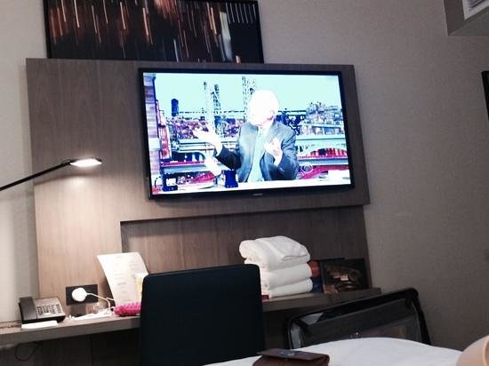 Novotel New York Times Square: flatscreen in room