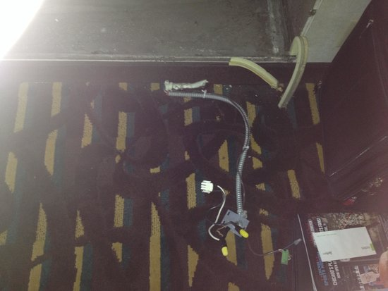Wyndham Chicago O'Hare : Broken ac unit slot in our room