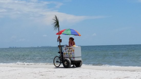 DiamondHead Beach Resort Hotel: Icecream cart at the beach