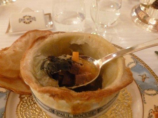 Restaurant Paul Bocuse : La soupe VGE révélée : du bouillon, des truffes -beaucoup- du foie gras- des légumes