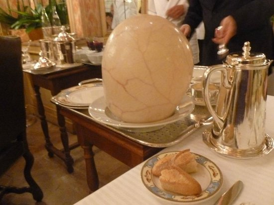 Restaurant Paul Bocuse : La volaille de Bresse en vessie au départ