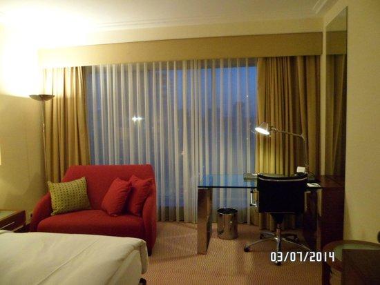 Hilton Warsaw Hotel & Convention Centre : Habitación, escritorio