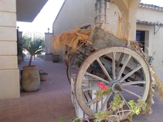 Hotel La Corte del Sole: Carrettino ed angolo con mandorle a disposizione degli ospiti