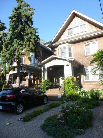 By The Park Bed and Breakfast: exteriores y zona de estacionamiento