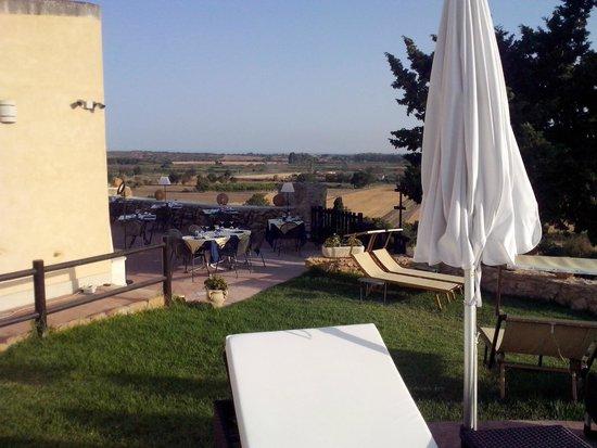 Hotel La Corte del Sole: Tavoli del ristorante vicino alla piscina