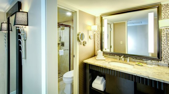 InterContinental New Orleans: Guest Bath with Walk In Shower