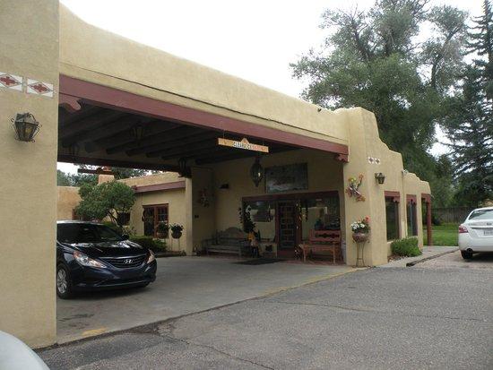 El Pueblo Lodge : The registration area with breakfast area and patio.