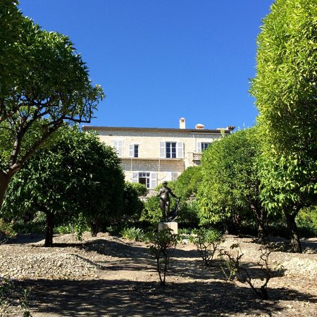 Musee Renoir/Les Collettes: The view of the house from outside with a sculpture
