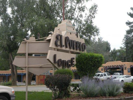 El Pueblo Lodge : From the street.