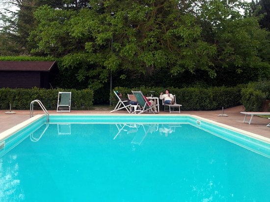 Agriturismo La Crociona: The pool is surrounded by greenery and very secluded.