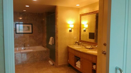 Trump International Hotel Las Vegas: Large bathroom.