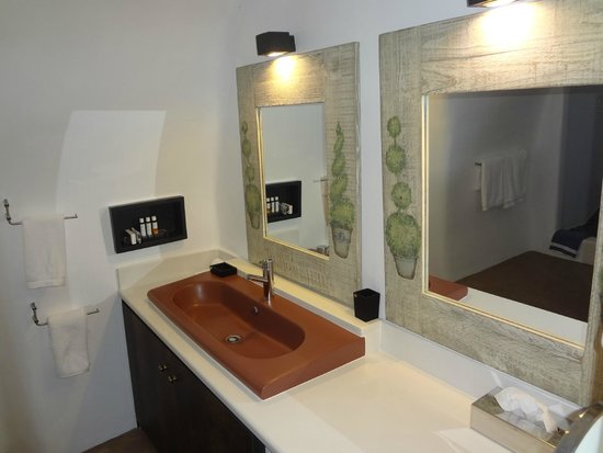 Art Maisons Luxury Santorini Hotels Aspaki & Oia Castle: spacious vanity