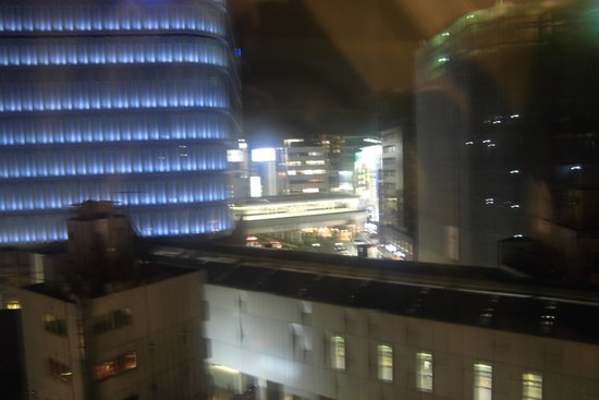 Kichijoji Tokyu REI Hotel : 六階なので、目の前でビルの間を電車が通ります