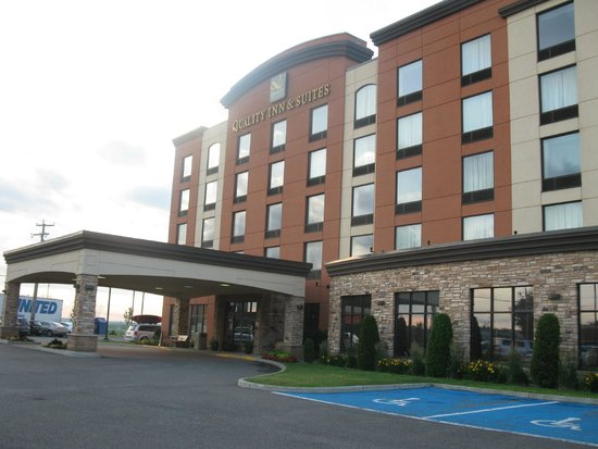 Quality Inn & Suites Levis: Outside Hotel