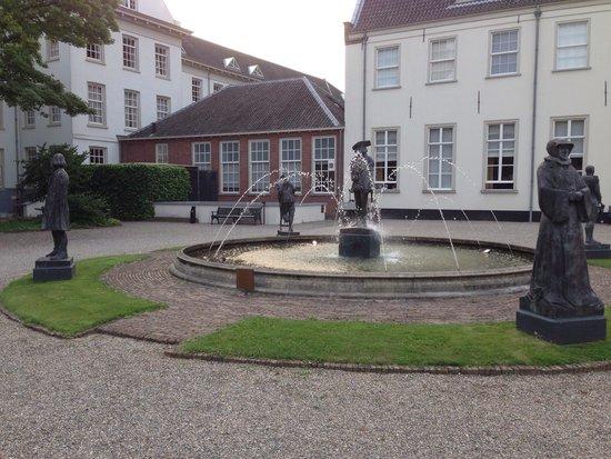 Grand Hotel Karel V Utrecht: Fountain in Garden