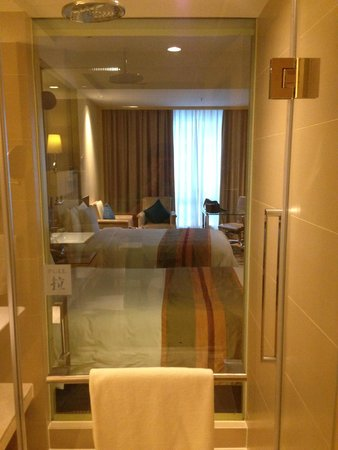 Courtyard by Marriott Shanghai Central: View from the bathroom, the shade can be closed for privacy
