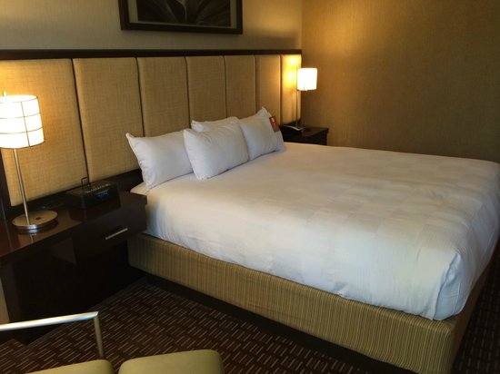 Hyatt Regency Scottsdale Resort and Spa at Gainey Ranch: Nice bed with iHome stereo clock