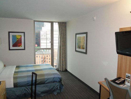 Club Quarters Hotel, World Trade Center: Room with nice big window