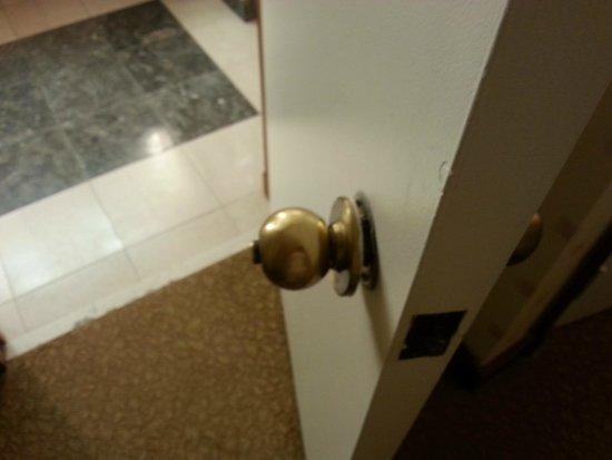 Bally's Atlantic City: Bathroom door handle loose