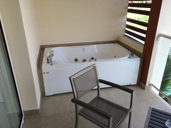 Breathless Punta Cana Resort & Spa : Jacuzi on the balcony!