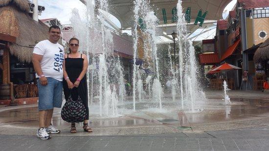 La Isla Shopping Village : fuente desde el piso