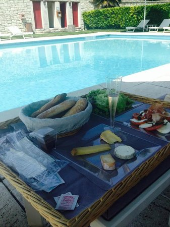 Chateau de Marcay: Lunch by pool