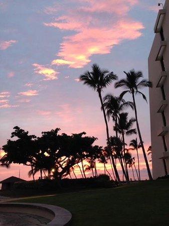 Mauna Lani Bay Hotel & Bungalows: Sunset from pool area