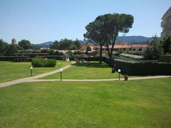 Blu Hotel Morisco Village: Parco fronte hotel