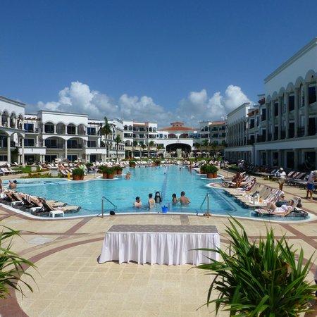 The Royal Playa del Carmen: La piscine centrale