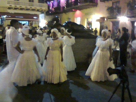 Templo de Santo Domingo : Bailarinas típicas frente al templo de Sto. Domingo