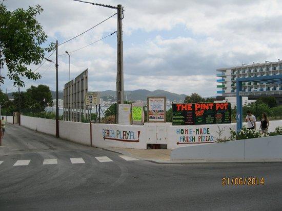 Hotel Apartamentos Monterrey: Local beach straight ahead, main street to the right