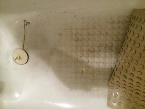 Sorrento Inn: Bathtub stained and dirty, mold around tub