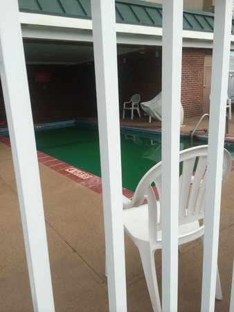 Country Inn & Suites By Carlson, Lumberton : NASTY GREEN POOL