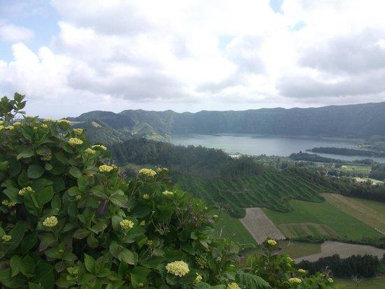 Caldeira das Sete Cidades : Sete Cidades caldera and lake from the path 20 minutes from Visata do Rei