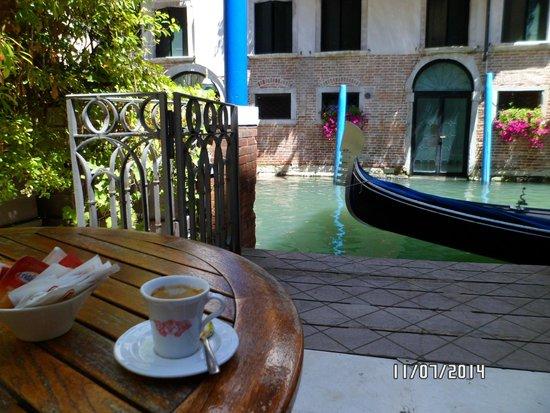 Hotel Dona Palace: Un expresso en el bar del patio del hotel
