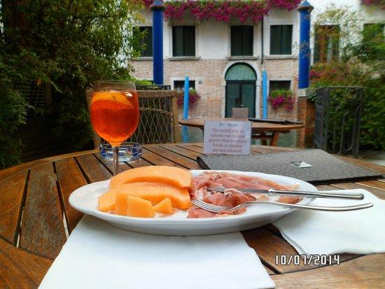 Hotel Dona Palace: Un spritz en el bar del patio del hotel