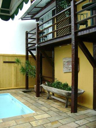 Pousada Kilandukilu : imagen del jardín y balcón de una habitación