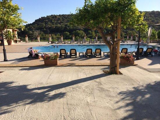 AgriResidence Valle Degli Dei: La piscina
