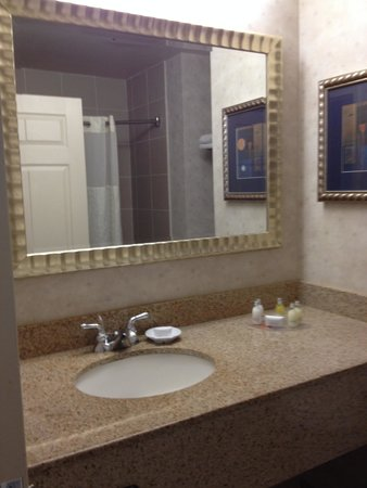 Marco LaGuardia Hotel by Lexington: Bathroom had standard tub/shower + Neutrogena toiletries